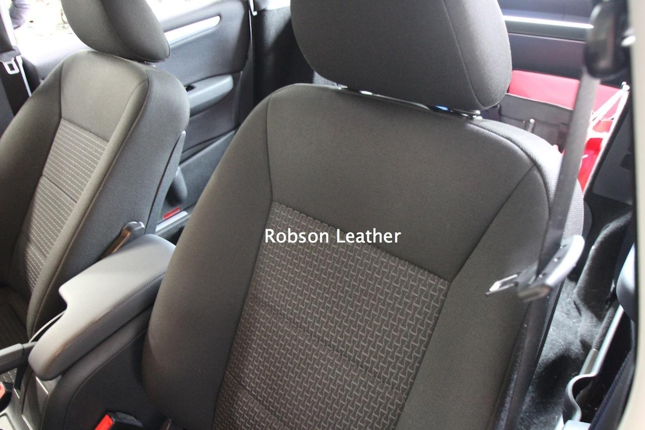 ●車体からシートを全て外していきます。 ●クッションになるまで分解して作業するからこそ後付け感の無いシートに仕上がります。
