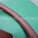 いすゞ117クーペのウレタンステアリングをロブソンレザーオリジナル革で革巻きします。ステッチはジャパニーズステッチです。