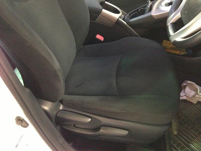 施行前のシートです。 ファブリックシート車となります。これから本革シートに張替えていきます。